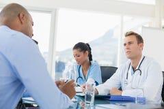 Lag av doktorer som har ett möte Royaltyfri Foto