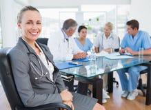 Lag av doktorer som har ett möte Arkivfoton