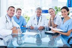 Lag av doktorer som ler på kameran Fotografering för Bildbyråer