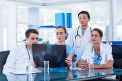 Lag av doktorer som ser röntgenstrålen fotografering för bildbyråer