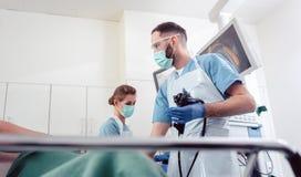 Lag av doktorer som utför endoscopy i sjukhus arkivbild