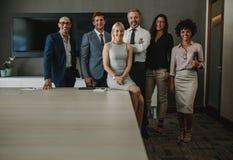 Lag av företags professionell i konferensrum arkivbilder