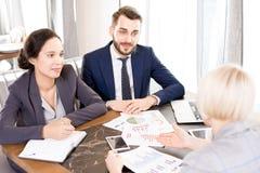 Lag av finansiella rådgivare som möter klienten royaltyfri fotografi