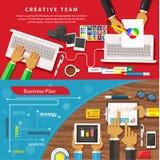 Lag av formgivare som tillsammans arbetar på en dator stock illustrationer