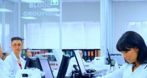 Lag av forskare som arbetar i laboratoriumet 4k lager videofilmer