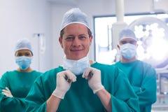 Lag av kirurger som bär den kirurgiska maskeringen i operationteater Arkivbild