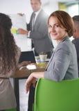 Lag av lyckat affärsfolk som har ett möte i utövande solbelyst kontor Arkivfoto