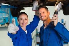 Lag av mekaniker som tillsammans arbetar Fotografering för Bildbyråer