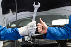 Lag av mekaniker som tillsammans arbetar Royaltyfri Fotografi