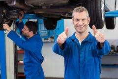 Lag av mekaniker som tillsammans arbetar Royaltyfri Bild