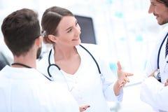Lag av olika doktorer som har konversation arkivbilder