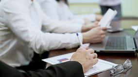 Lag av politiska experter som arbetar på valplan som tillsammans diskuterar program Royaltyfri Bild