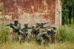 Lag av soldater som anfaller fienden Arkivbild