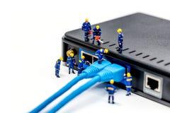 Lag av tekniker som förbinder nätverkskabel Royaltyfri Fotografi