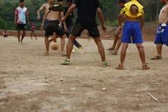 lag av tonårs- och unga pojkar som spelar fotboll royaltyfri bild