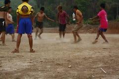 lag av tonårs- och unga pojkar som spelar fotboll fotografering för bildbyråer