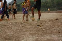 lag av tonårs- och unga pojkar som spelar fotboll arkivbild