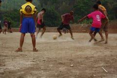 lag av tonårs- och unga pojkar som spelar fotboll royaltyfri foto