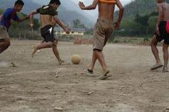 lag av tonårs- och unga pojkar som spelar fotboll arkivfoto
