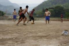 lag av tonårs- och unga pojkar som spelar fotboll arkivfoton