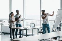 Lag av tre medarbetare i stilfull studio arkivbild