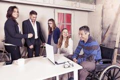 Lag av unga businesspeople som tillsammans arbetar Royaltyfri Foto