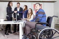 Lag av unga businesspeople som tillsammans arbetar Royaltyfri Fotografi