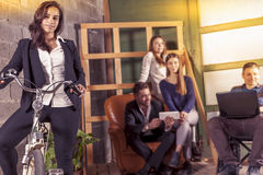 Lag av unga businesspeople som tillsammans arbetar Fotografering för Bildbyråer