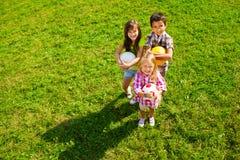 Lag av ungar med bollar Arkivbild