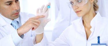 Lag av vetenskapliga forskare i laboratorium som studerar vikter eller blodprövkopian Ny vaccin för farmakologiindustr Royaltyfri Fotografi