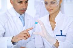 Lag av vetenskapliga forskare i laboratorium som studerar vikter eller blodprövkopian Ny vaccin för farmakologiindustr Royaltyfri Foto