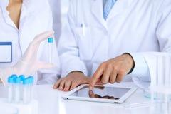Lag av vetenskapliga forskare i laboratorium som studerar vikter eller blodprövkopian Ny vaccin för farmakologiindustr Arkivbilder