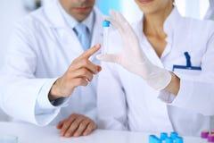 Lag av vetenskapliga forskare i laboratorium som studerar vikter eller blodprövkopian Ny vaccin för farmakologiindustr Royaltyfria Bilder