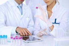 Lag av vetenskapliga forskare i laboratorium som studerar vikter eller blodprövkopian Ny vaccin för farmakologiindustr Arkivfoton