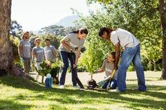 Lag av volontärer som tillsammans arbeta i trädgården Arkivfoto