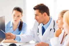 Lag eller grupp av att arbeta för doktorer Arkivfoton