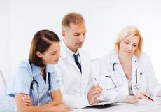 Lag eller grupp av doktorer på möte Arkivbilder