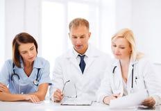 Lag eller grupp av doktorer på möte royaltyfria foton
