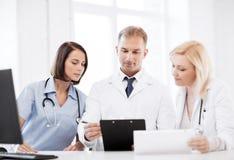 Lag eller grupp av doktorer på möte arkivfoton