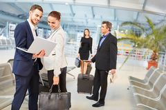 Lag för affärsfolk på affärstur i flygplatsen royaltyfri bild
