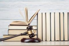 lag för begreppet för bakgrund 3d isolerad framförde illustrationen white Böcker och trädomstolauktionsklubba på tabellen i en rä Fotografering för Bildbyråer