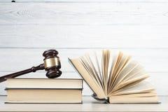 lag för begreppet för bakgrund 3d isolerad framförde illustrationen white Böcker och trädomstolauktionsklubba på tabellen i en rä Arkivfoton