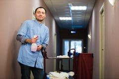 Lag för blått för korridor för manlokalvårdhotell bärande royaltyfri fotografi