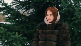 Lag för brunettkvinnamidja av brun päls i halsduken som går ultrarapid arkivfilmer