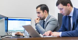 Lag för företags affär som arbetar i modernt kontor Royaltyfri Fotografi