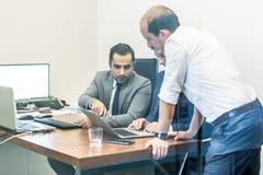 Lag för företags affär som arbetar i modernt kontor Arkivfoton