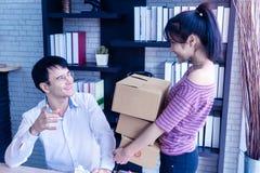 Lag för hem- affär som kontrollerar materielet i online-hem- affär royaltyfri fotografi