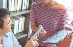 Lag för hem- affär som kontrollerar materielet i online-hem- affär arkivfoto