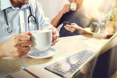 Lag för medicinsk doktor som tar kaffeavbrottet använda den digitala minnestavlan doc Arkivfoto
