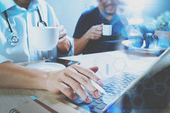 Lag för medicinsk doktor som tar kaffeavbrottet använda den digitala minnestavlan doc Arkivbild